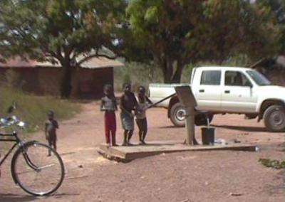 Kinder freuen sich über einen Brunnen