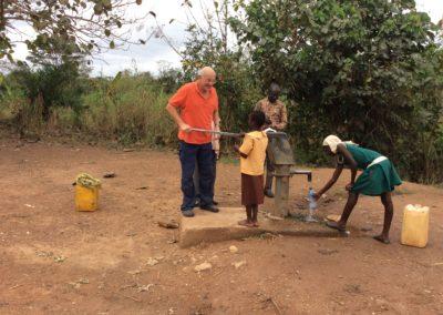 Peter Stadler an einem Brunnen